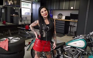 Affable tattooed experienced woman Joanna Promoter receiving a cumshot
