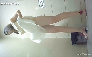 chinese girls go to toilet.128